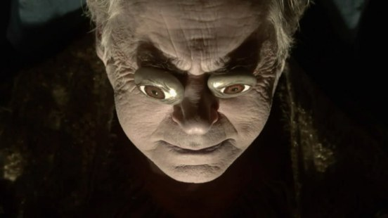 Jon Arryn et la tradition flippante des faux yeux sur les vrais yeux pour guider le défunt dans l'au-delà.