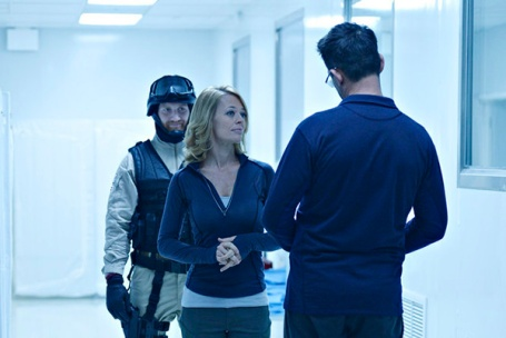 Constance Sutton et Alan en plein duel visuel - Helix, saison 1
