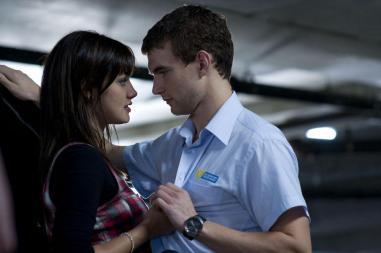 Le geek et sa copine au look un peu aléatoire, juste après son licenciement.