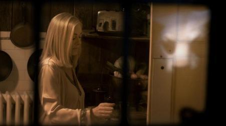 Maman Davison pendant une de ses énièmes insomnies, dans You're Next d'Adam Wingard.