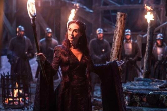 Melisandre s'apprête à brûler Mance Ryder, le roi de trop qui a refusé de s'agenouiller devant Stannis.