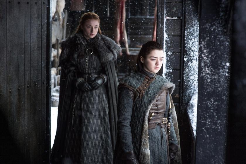 Sansa retrouve enfin sa petite soeur Arya à Winterfell, après que celle-ci soit revenue de Braavos
